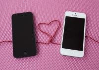 二台のスマートフォンをつなぐハート
