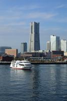 神奈川県 大桟橋よりランドマークタワーとマリンシャトル