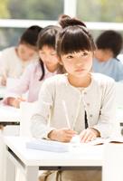 教室で勉強する日本人の小学生