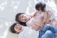カーペットに寝転ぶ日本人親子
