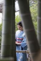 竹林を歩く着物の日本人女性
