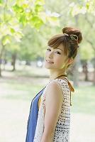 新緑と笑顔の日本人女性