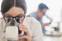 顕微鏡を覗く日本人女性の研究員