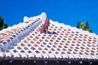 沖縄県 竹富島の民家の屋根とシーサー