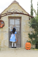 ハロウィンの仮装をして家を訪ねる女の子