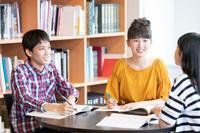 図書館で勉強をする10代の子供達