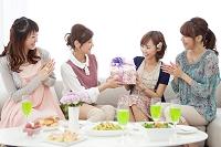 プレゼントを渡してお祝いする日本人女性たち