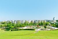 北海道 公園の広場と団地の家並み
