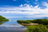 福島県 新緑の猪苗代湖と磐梯山