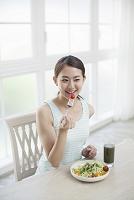 サラダを食べる20代日本人女性