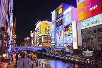 大阪府 道頓堀 ライトアップされたビル看板とえびす橋
