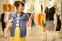 買い物をする笑顔の日本人女性