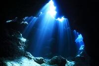海中のイメージ 光りの差し込む洞窟