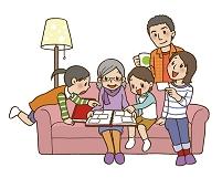 家族でアルバムを見る