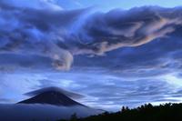 山梨県 笠雲と富士山の夕景