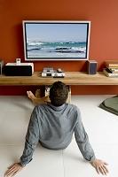 テレビを見る外国人男性
