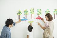 リビングで遊ぶ日本人親子