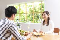 休日にシャンパンを飲み昼食する30代夫婦