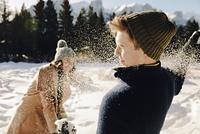 雪遊びをするカップル