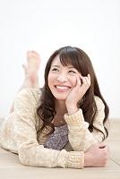 ほおづえをする日本人女性