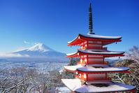 山梨県 富士吉田市 新雪の新倉山浅間神社の五重塔と富士山