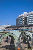 ワイルドマジックのテントとゆりかもめ新豊洲駅