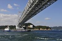 兵庫県 鳴門海峡から貨物船と大鳴門橋