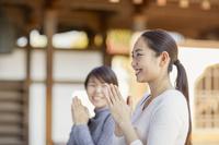 お寺でお参りする日本人女性