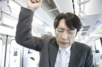 通勤中に体調を崩したビジネスマン