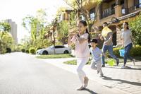 住宅街を走る家族