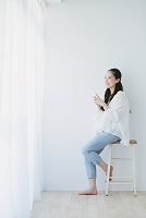 窓際に座る日本人女性