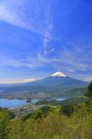 山梨県 新道峠から見る残雪の富士山と河口湖