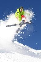 ジャンプするスキーヤー