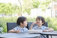ポテトを食べる日本人の双子