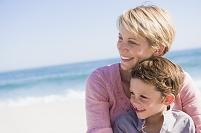 海で遊ぶ外国人の親子