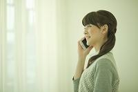 スマートフォンで通話する日本人女性
