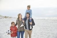 散歩する外国人家族