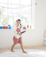 ギターを持つ日本人の女の子