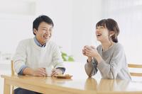 食卓でくつろぐ日本人夫婦