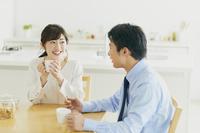 会話をする日本人夫婦