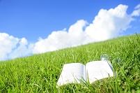 草の上の詩集と空