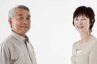 向い合う日本人シニア夫婦 白バック