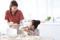 朝食の準備をする日本人親子