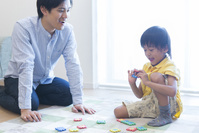パズルで遊ぶ日本人親子