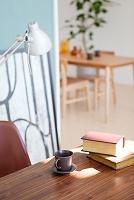 机の上の本とカップ