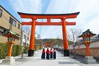 伏見稲荷大社 参道と羽織袴の女性