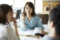 友達とカフェで勉強する日本人女性