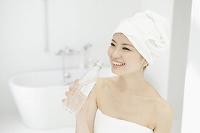 入浴後ドリンクを飲む女性