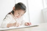 お絵かきをする日本人の女の子