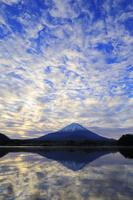 山梨県 精進湖から見る夜明けの富士山と雲